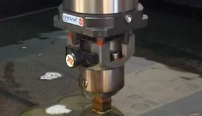 Elektrode der Erodiermaschine taucht in das Dielektrikum Öl